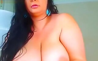 Fat Crazydaisyl plays with her pussy