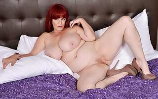 Huge titted BBW Roxee Robinson gets aroused down hotel arrondissement