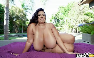 BBW reveals her slutty side at hand smashing scenes of backyard hardcore